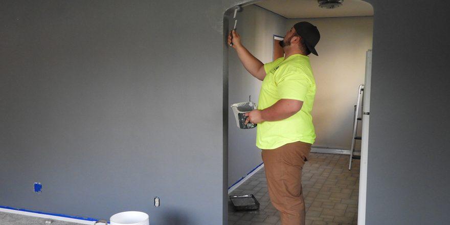 Frisk stuen op med en god omgang maling