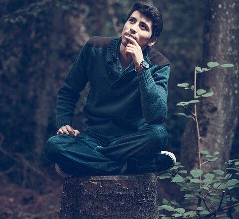 mand tænker i naturen