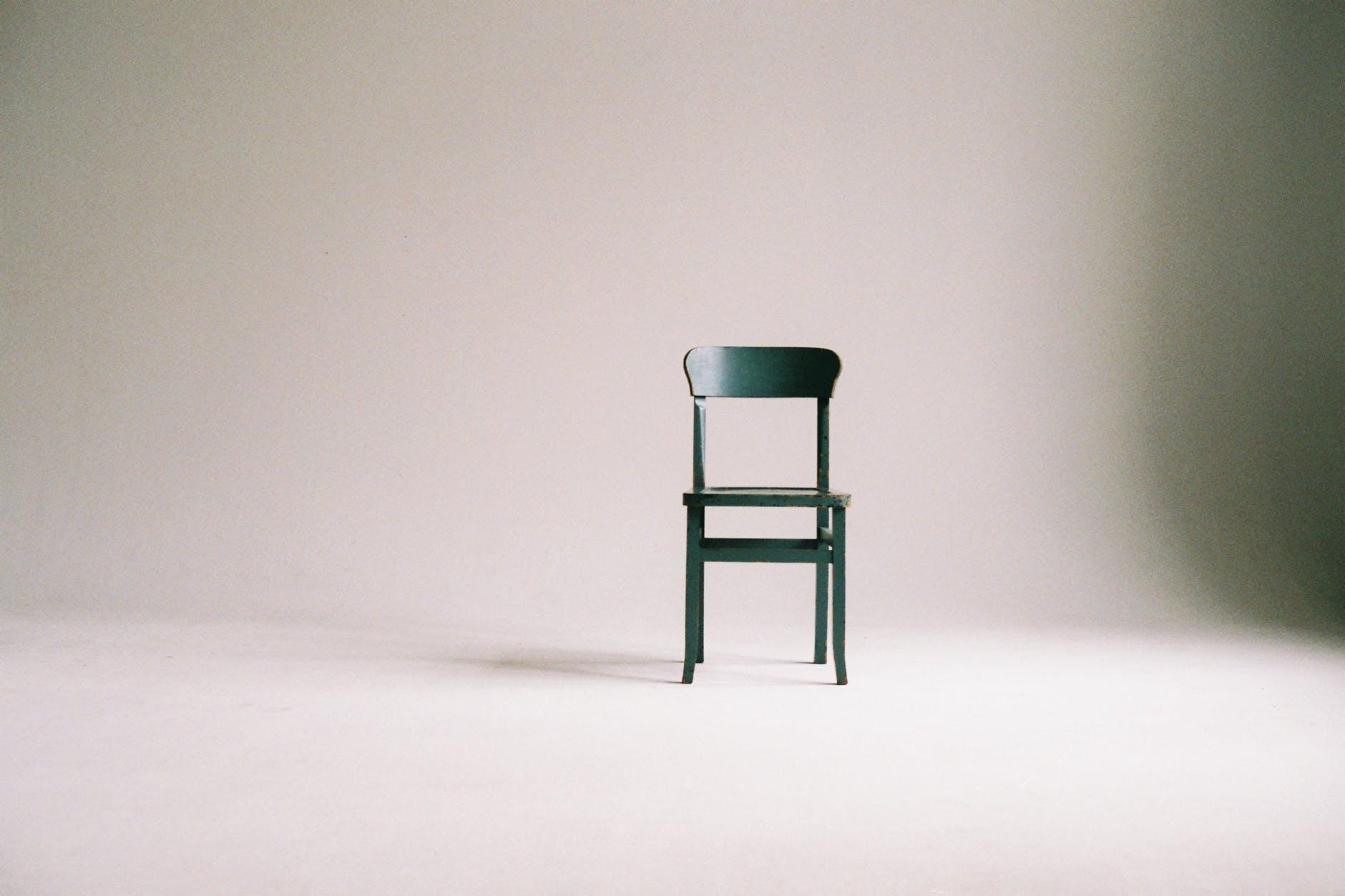 Grøn stol i hvidt lokale