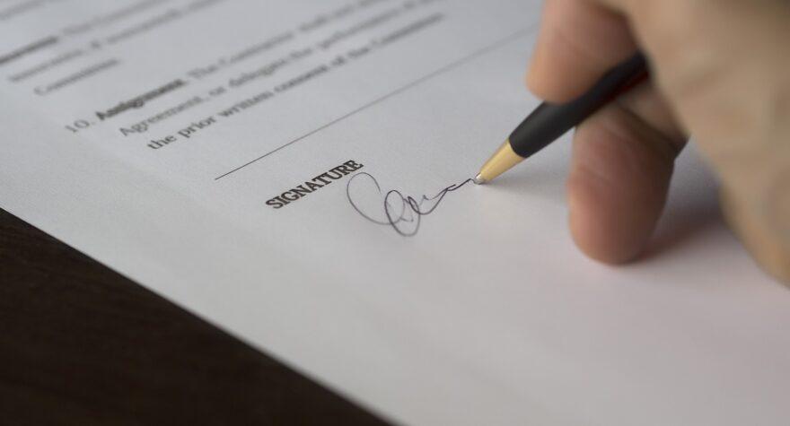 papir og underskrift
