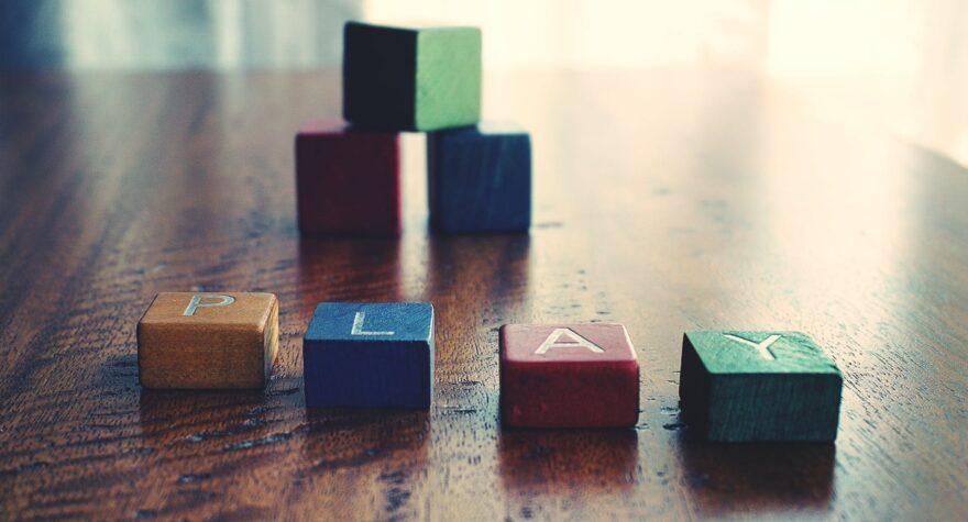 Farverige klodser med bogstaver
