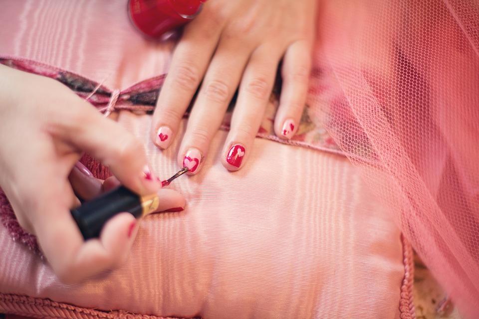 kvinde ordner sine negle