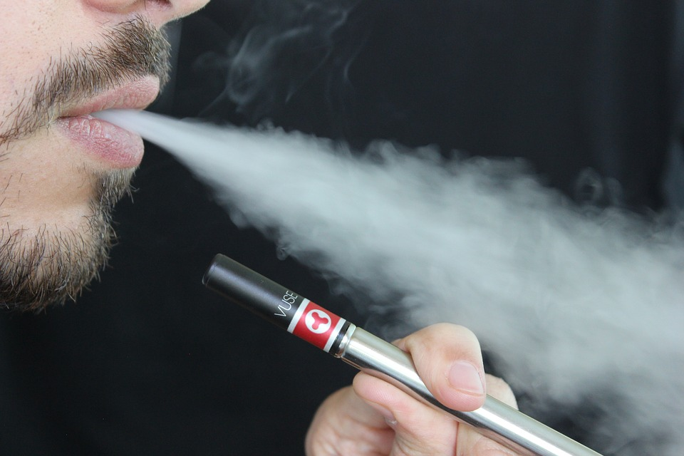 Ung pige e-cigaret