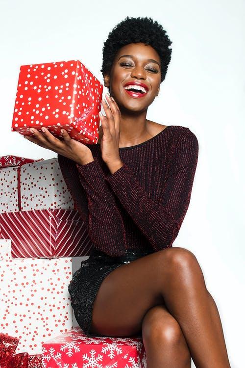 glad kvinde med gaver
