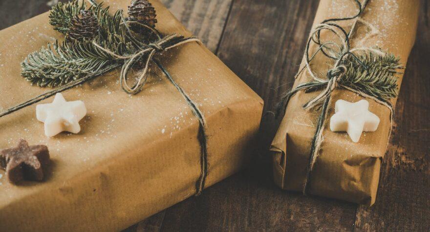 julegaver på træbord