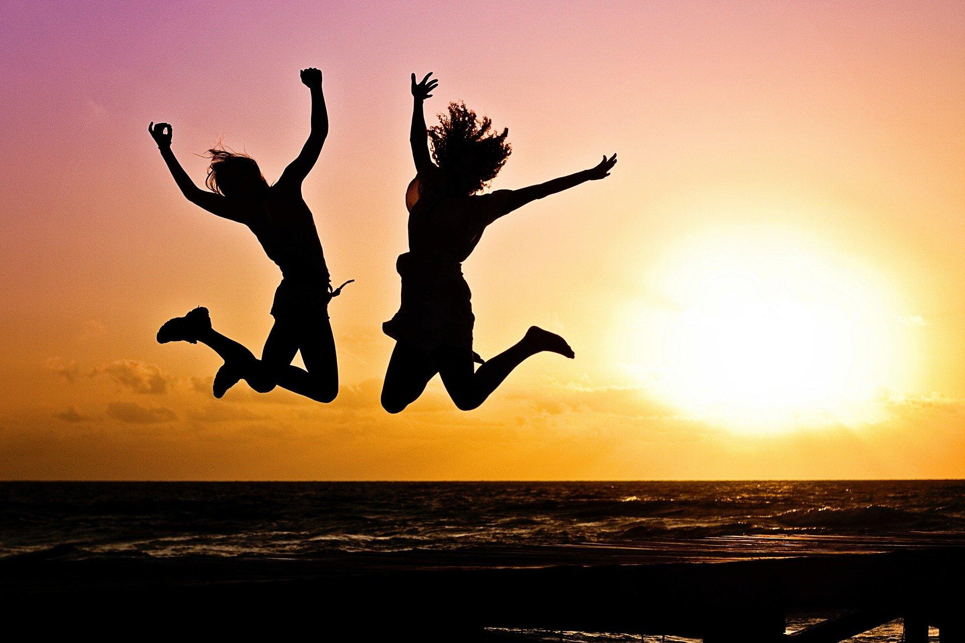 to glade mennesker på en strand